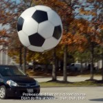 Jogando futebol gigante em slowmotion